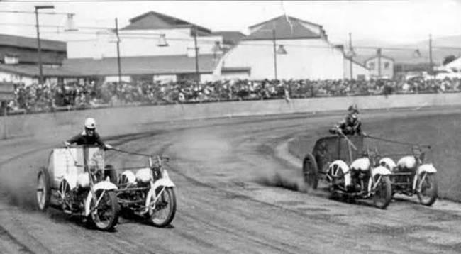 duas carruagens disputando a corrida de carruagem com motos
