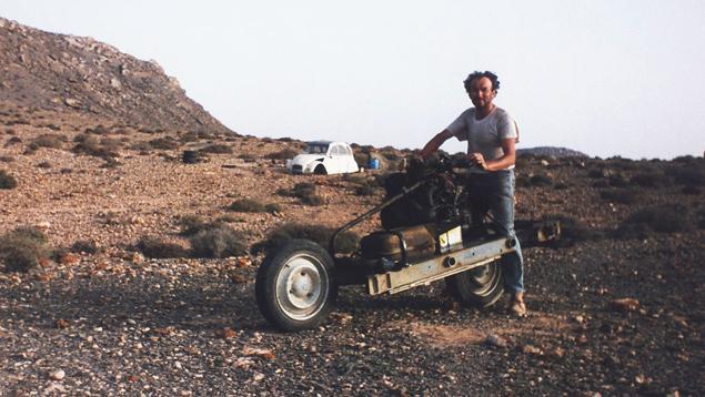 Emile Leray ao lado de sua moto