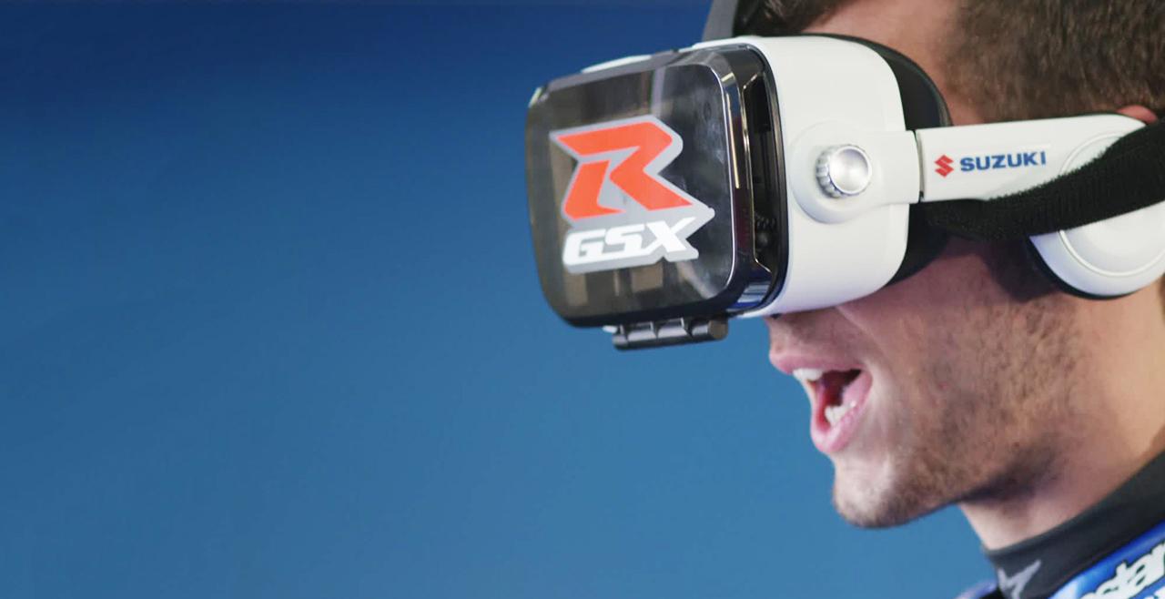 piloto se divertindo com a realidade virtual Suzuki