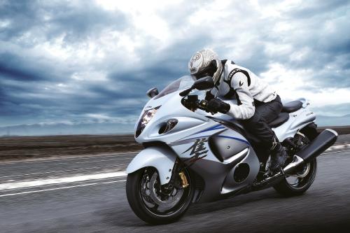 Mais uma imagem mostrando a Hayabusa em uma estrada em alta velocidade.